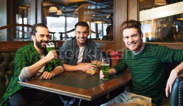 Masculino amigos potável verde cerveja bar Foto stock © dolgachov