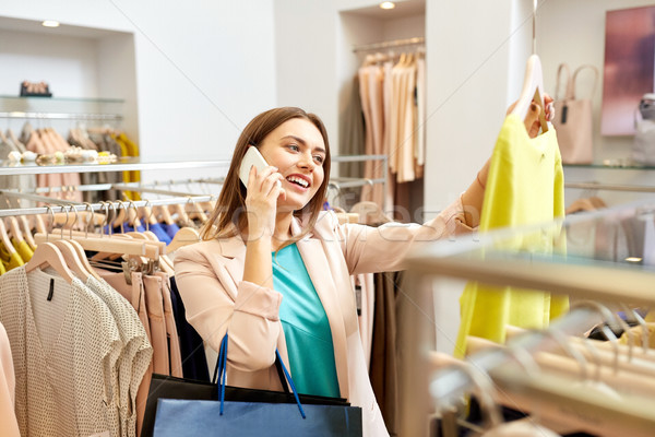 ストックフォト: 女性 · 呼び出し · スマートフォン · 服 · ストア · ショッピング