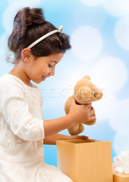 ストックフォト: 幸せ · 子 · 少女 · ギフトボックス · テディベア · 休日