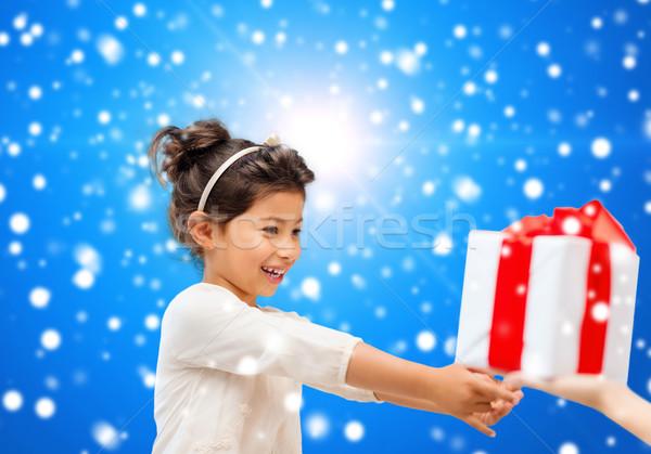 Stok fotoğraf: Gülen · küçük · kız · hediye · kutusu · tatil · hediyeler · Noel