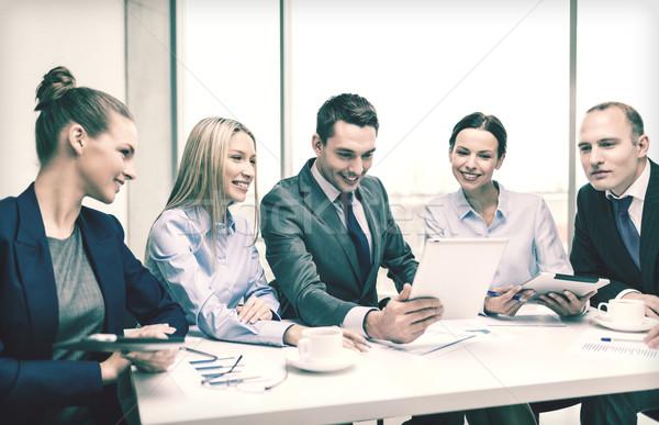 Equipo de negocios debate negocios tecnología oficina Foto stock © dolgachov