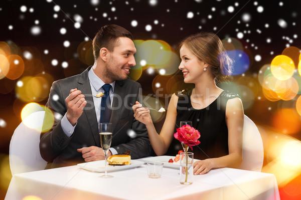Glimlachend paar eten hoofdgerecht restaurant eten christmas Stockfoto © dolgachov