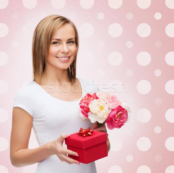 ストックフォト: 笑みを浮かべて · 若い女性 · ギフトボックス · 花 · 休日 · 人