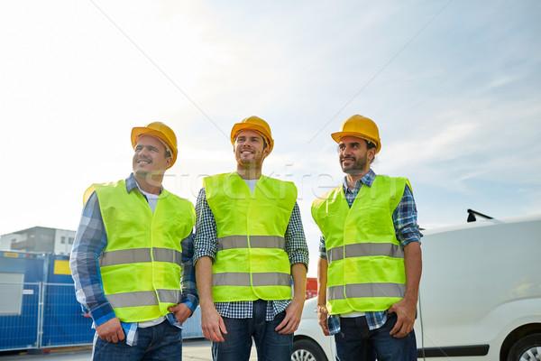 Heureux Homme constructeurs élevé visible extérieur Photo stock © dolgachov