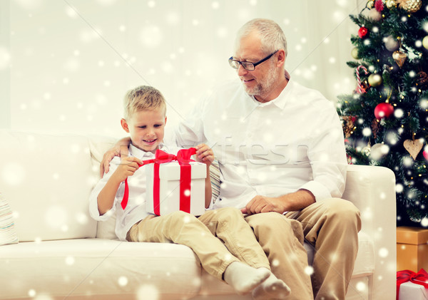 Gülen dede torun hediye kutusu aile tatil Stok fotoğraf © dolgachov