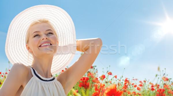 Glimlachend jonge vrouw strohoed poppy veld geluk Stockfoto © dolgachov