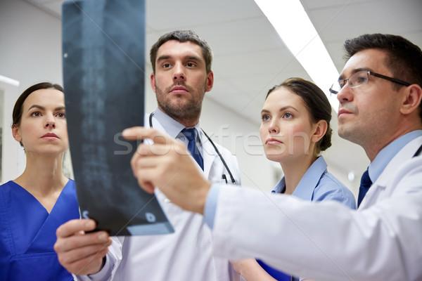 Grup doktorlar bakıyor xray taramak görüntü Stok fotoğraf © dolgachov