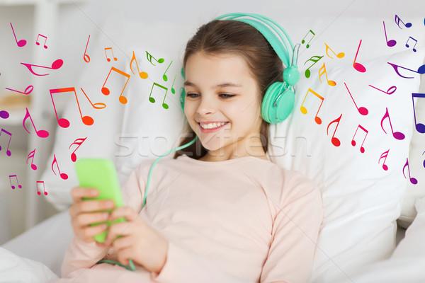 Mutlu kız yatak kulaklık insanlar çocuklar Stok fotoğraf © dolgachov