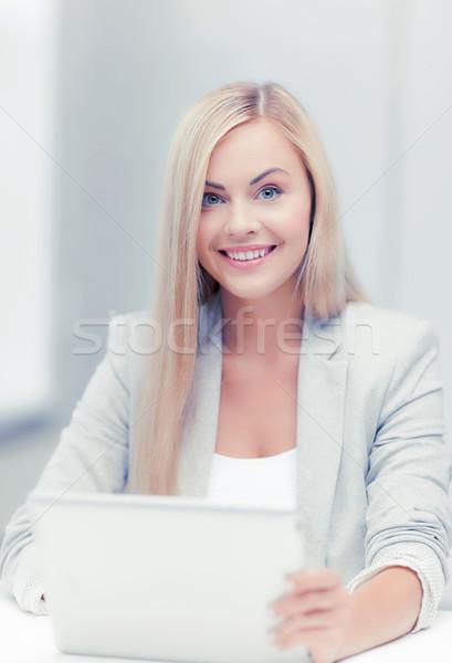 Mujer de negocios portátil Foto sonriendo usando la computadora portátil ordenador Foto stock © dolgachov
