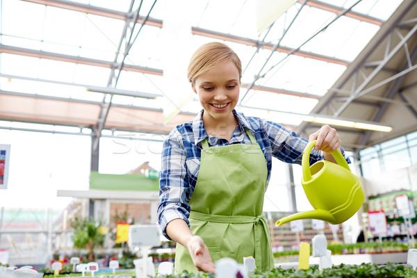 Feliz mulher regador estufa pessoas jardinagem Foto stock © dolgachov