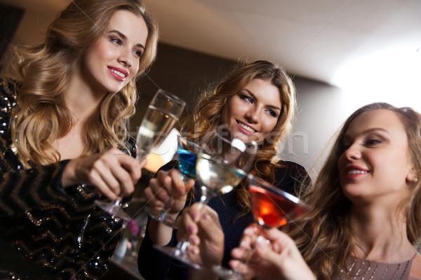 Szczęśliwy kobiet napojów klub nocny bar uroczystości Zdjęcia stock © dolgachov
