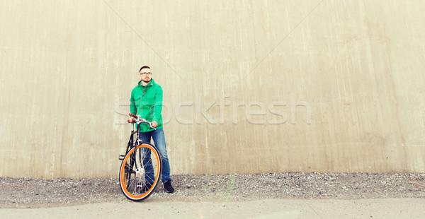 Boldog fiatal hipszter férfi fix viselet Stock fotó © dolgachov