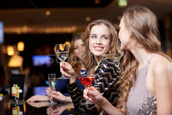 Feliz mulheres bebidas boate celebração amigos Foto stock © dolgachov