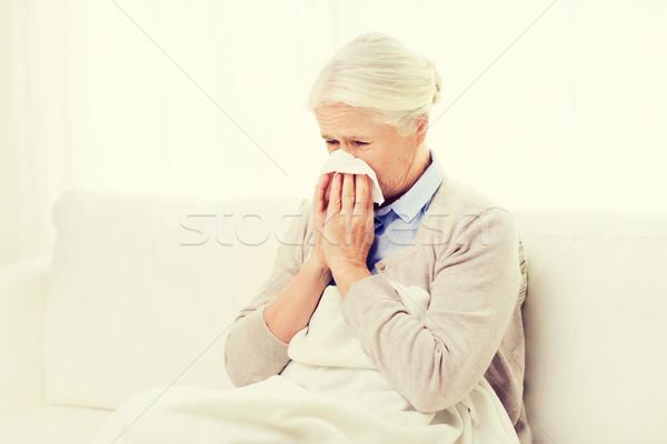 Malati senior donna soffia il naso carta tovagliolo Foto d'archivio © dolgachov