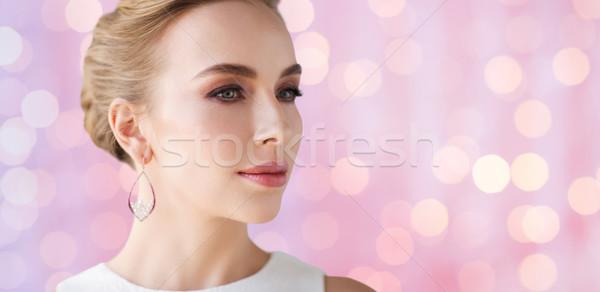 Femeie zambitoare rochie de culoare alba perla bijuterii lux nuntă Imagine de stoc © dolgachov