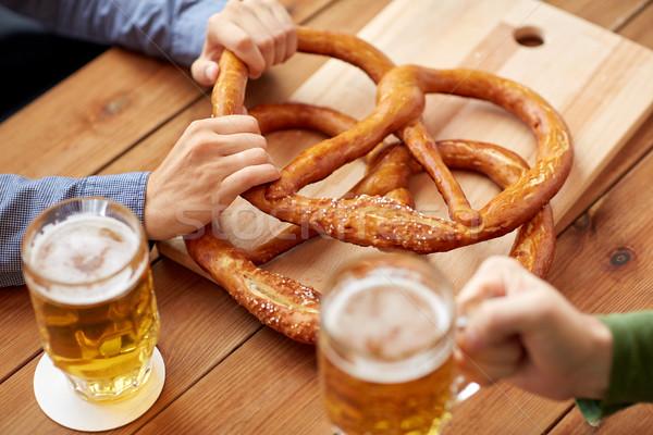 Mannen drinken bier zoute krakelingen pub Stockfoto © dolgachov