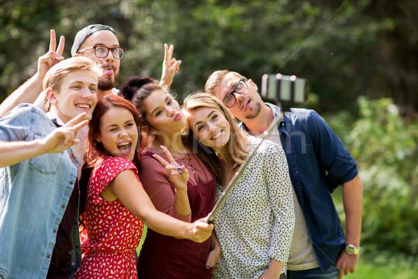 Vrienden smartphone zomer recreatie vakantie Stockfoto © dolgachov