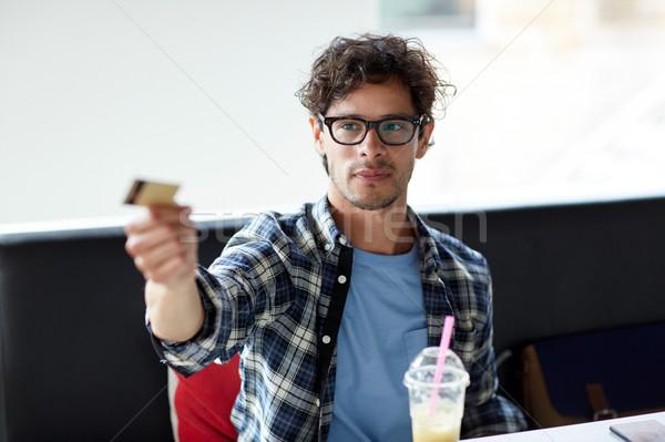 Boldog férfi fizet hitelkártya kávézó szabadidő Stock fotó © dolgachov