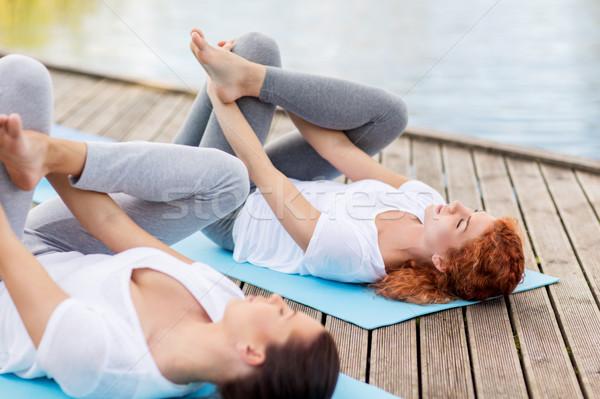 Femmes yoga pigeon posent extérieur Photo stock © dolgachov