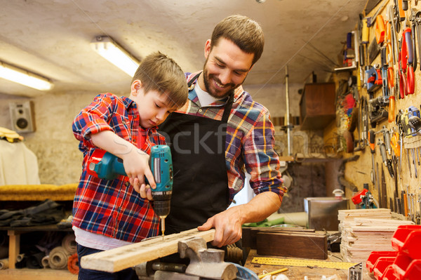 Figlio di padre trapano lavoro workshop famiglia carpenteria Foto d'archivio © dolgachov