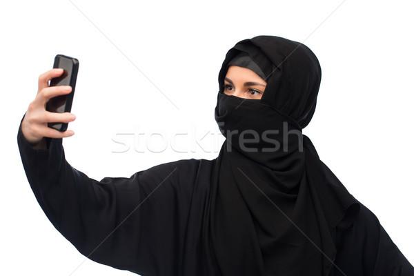 Muszlim nő hidzsáb elvesz okostelefon technológia Stock fotó © dolgachov