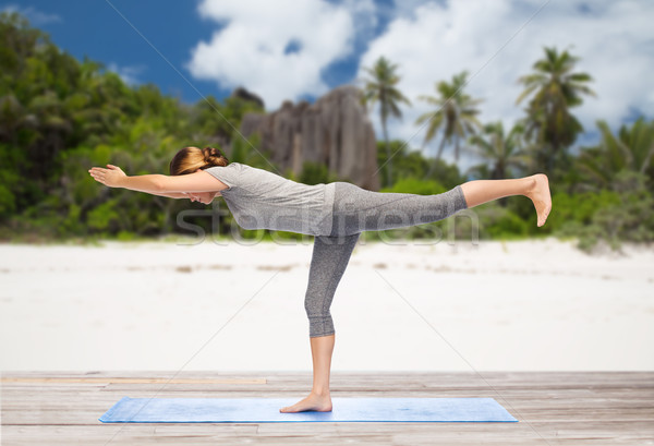 Vrouw yoga krijger pose outdoor fitness Stockfoto © dolgachov