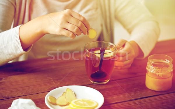 Mujer jengibre té limón salud Foto stock © dolgachov
