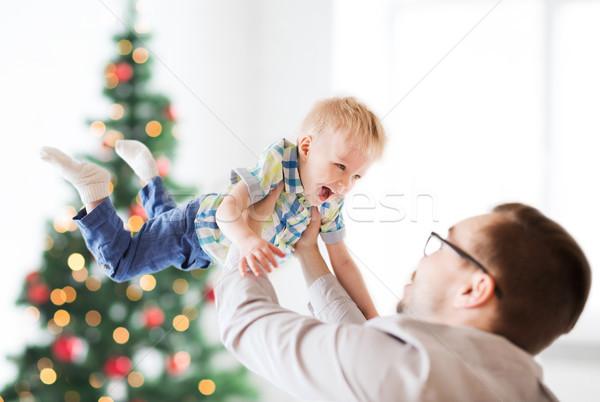 Szczęśliwy ojciec gry syn christmas rodziny Zdjęcia stock © dolgachov