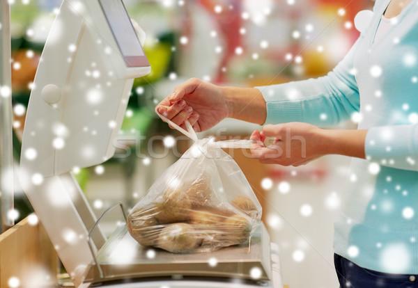Vásárló krumpli mérleg élelmiszerbolt vásárlás vásár Stock fotó © dolgachov