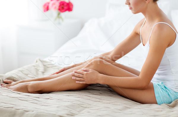 Gyönyörű nő meztelen lábak ágy otthon emberek Stock fotó © dolgachov