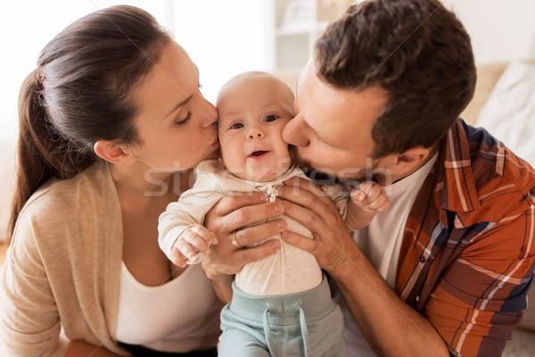 Szczęśliwy matka ojciec całując baby domu Zdjęcia stock © dolgachov