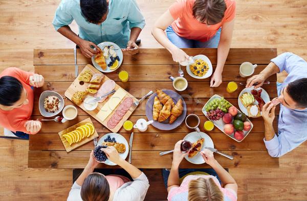 Gruppe Menschen Frühstück Tabelle Essen Essen Familie Stock foto © dolgachov