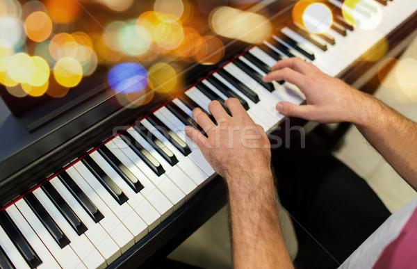 Mannelijke handen spelen piano muziek Stockfoto © dolgachov