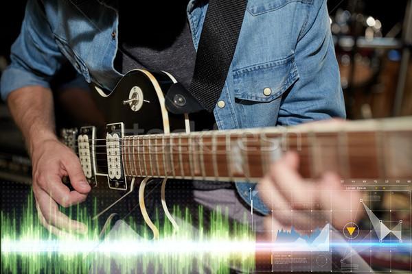 Musicista giocare chitarra studio musica Foto d'archivio © dolgachov