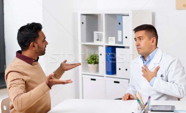 Lekarza niezadowolony mężczyzna pacjenta kliniki muzyka Zdjęcia stock © dolgachov