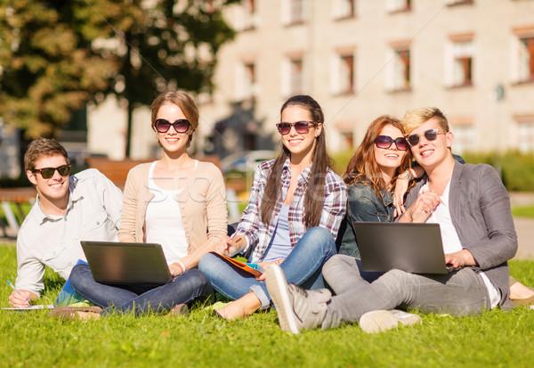 Diákok tinédzserek laptop számítógépek nyár internet Stock fotó © dolgachov
