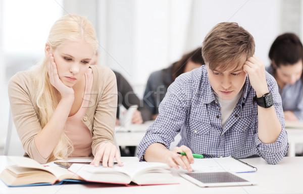 Fáradt diákok táblagép jegyzetfüzetek könyvek oktatás Stock fotó © dolgachov