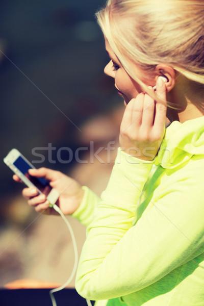 Stockfoto: Vrouw · luisteren · naar · muziek · buitenshuis · sport · lifestyle · sport
