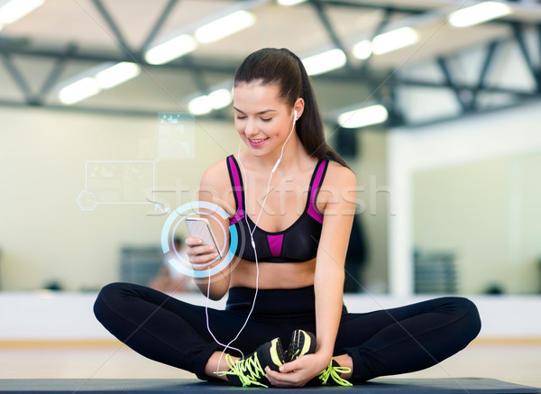 Femme souriante smartphone gymnase fitness sport Photo stock © dolgachov