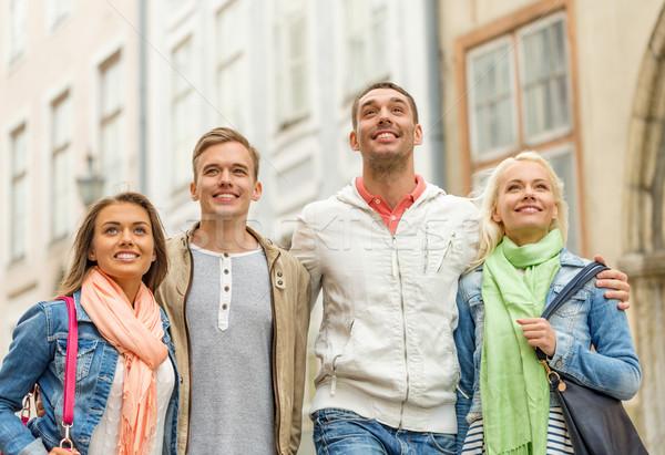 Groep glimlachend vrienden lopen stad vriendschap Stockfoto © dolgachov