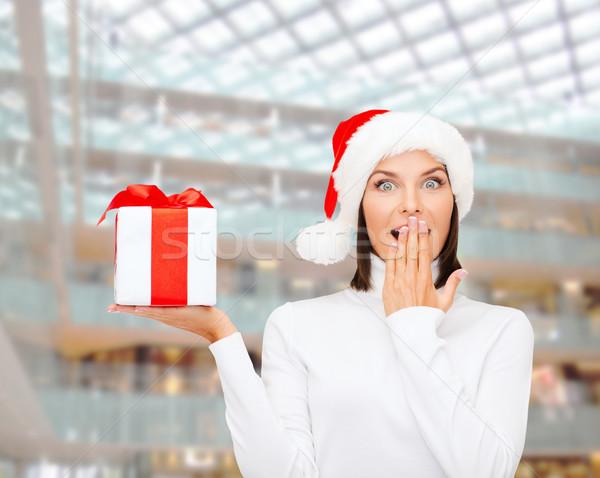 Lächelnde Frau Helfer hat Geschenkbox Weihnachten Stock foto © dolgachov