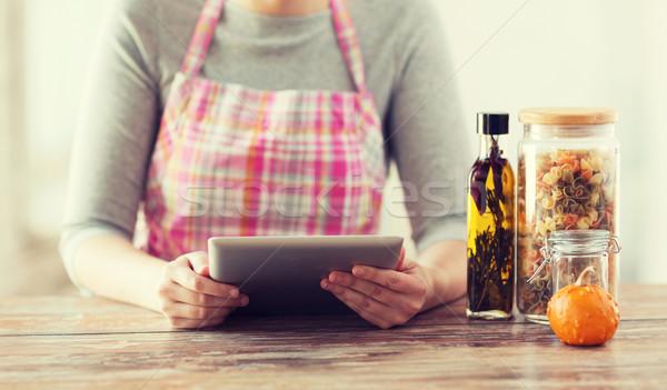 Femme lecture recette cuisson Photo stock © dolgachov