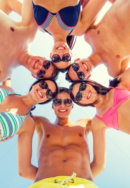 Glimlachend vrienden cirkel zomer strand vriendschap Stockfoto © dolgachov