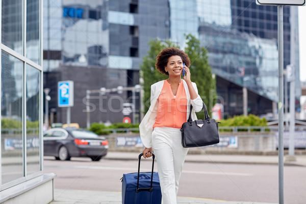Boldog nő utazás táska hív okostelefon Stock fotó © dolgachov