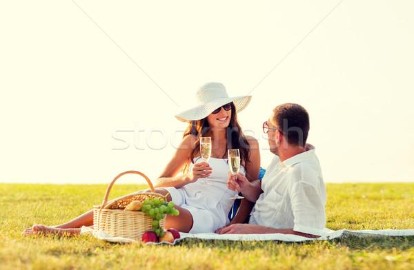 Sonriendo Pareja potable champán picnic amor Foto stock © dolgachov