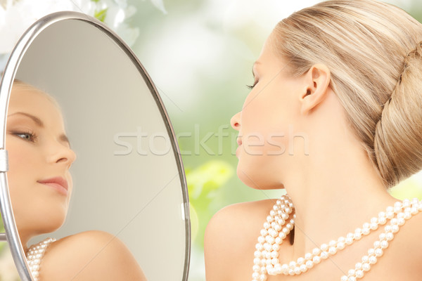 Femeie frumoasa perla colier oglindă frumuseţe lux Imagine de stoc © dolgachov