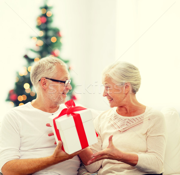 heureux couple de personnes g es coffret cadeau maison famille vacances. Black Bedroom Furniture Sets. Home Design Ideas