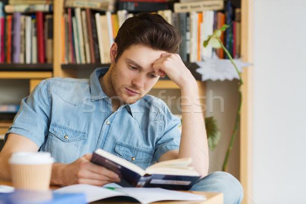 Férfi diák olvas könyv könyvtár emberek Stock fotó © dolgachov