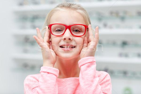 Nina gafas óptica tienda personas Foto stock © dolgachov