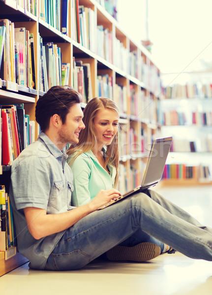 Szczęśliwy studentów laptop biblioteki ludzi edukacji Zdjęcia stock © dolgachov